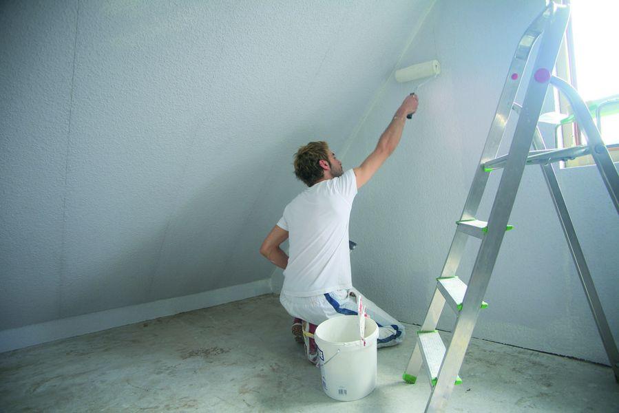 Nach der Dämmung sollte auf Tapeten sowie Acryl- und Latexfarben verzichtet werden, weil das die Feuchteregulierung unterdrücken kann.